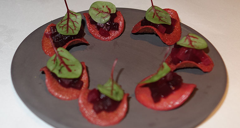 Amuse: Rote Bete Chips.